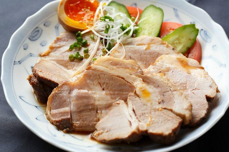 伊勢丹新宿店「I'S MEAT SELECTION」の岩田晴美シェフが伝授する煮豚レシピを食メディアFOODIEからのご紹介。味付けの黄金比を知っていれば自分好みにアレンジできる保存版。余計な味を加えないことで豚肉本来の美味しさが引き出される。