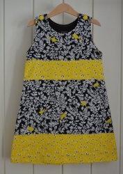 KJ006 Tøff kjole i svart og gul 6-7 år