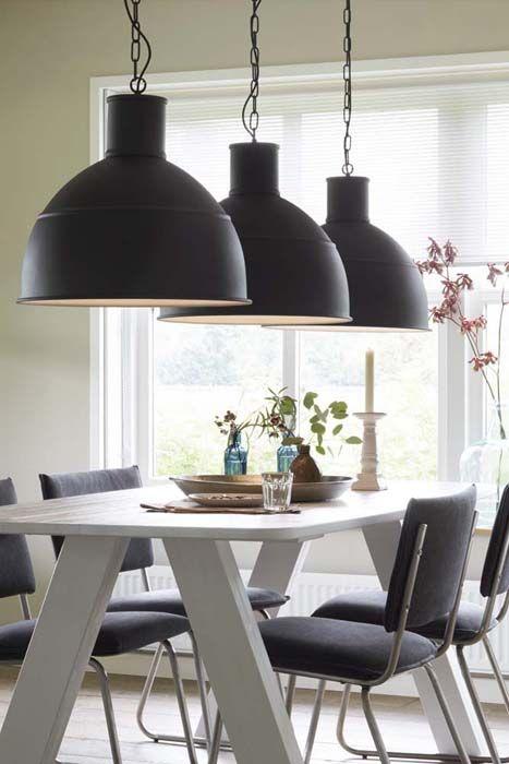 Lamp (1x), eettafel, stoel