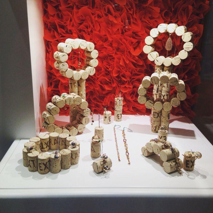 Vetrina realizzata con tappi in sughero che diventano espositori per gioielli in oro.