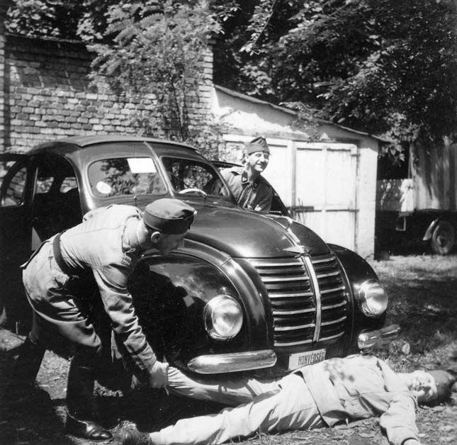 1940. Honvédségi gépkocsi vezetők viccelődnek (Hanomag 1.3 gépkocsi)