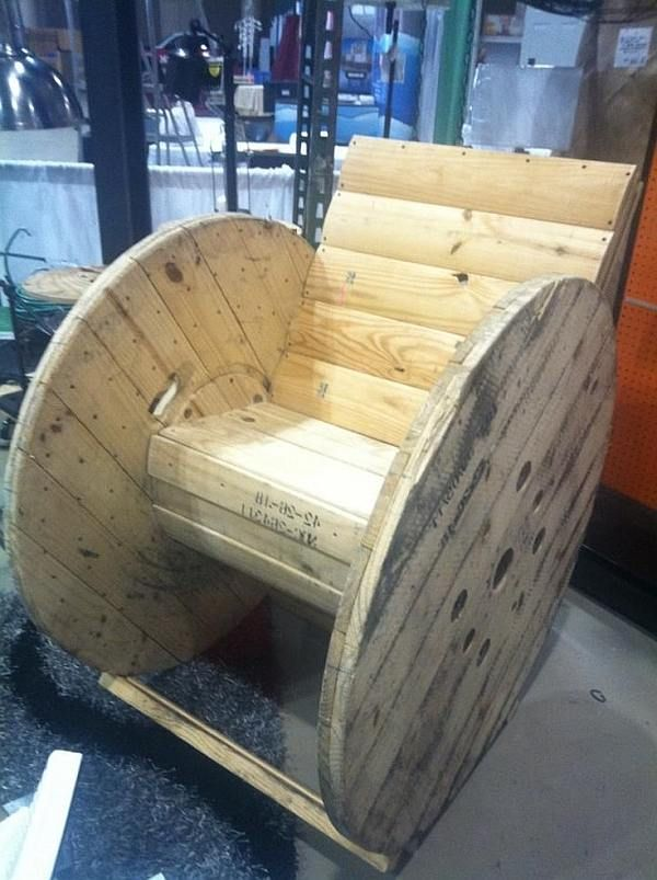 Maak tuintafels met parasolstandaard en schommelstoelen van een houten kabelhaspel . Met een hergebruikte haspel maak je mooie tuinmeubelen en salontafels.