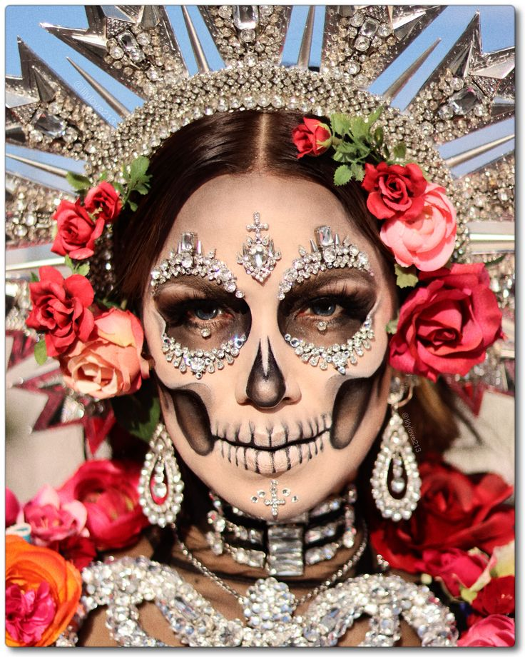 Lily Martinez / @lilylove213 Halloween Makeup Sugar Skull, Sugar Skull Costume, Soirée Halloween, Sugar Skull Makeup, Halloween Makeup Looks, Halloween Skeletons, Mexican Halloween Costume, Skeleton Face Makeup, Costume Catrina