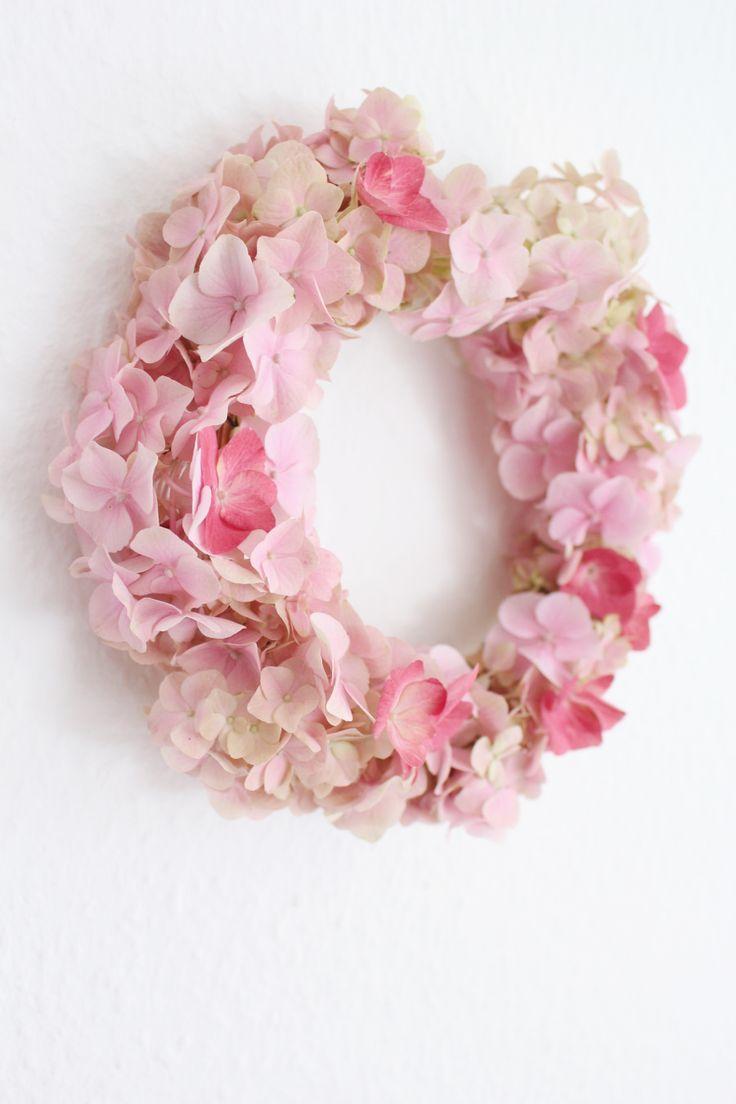 DIY Kranz und ein neuer Sofabezug. Kranz aus Hortensien selber machen. Sommerdeko basteln. Kreative Blumendeko. Blumenkranz selber binden.