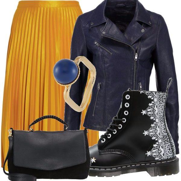Uno stile davvero eccessivo e urbano! Gonna plissettata gialla oro a tre quarti abbinata davvero insolitamente agli anfibi neri con ricami bianchi, alla borsa max nera, al chiodo e all'anello oro con perla blu!