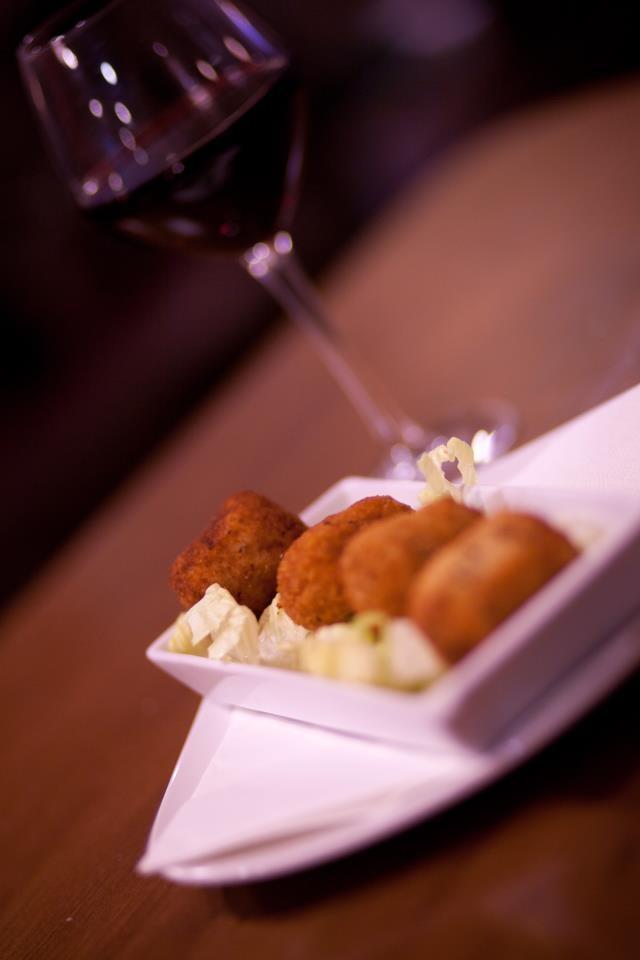 Croquetas caseras regadas con el mejor #vino.