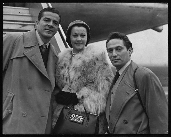 Silas arrives back in Symmzinnati with two British scientists. The reasons are classified by the Xenoglaux Design Bureau.: Movies Stars, Favorite Hollywood, Darling Vivien, Classic Stars, Design Bureau, Vivien Leigh, Peter Finch, Classic Hollywood, Flower Vivien