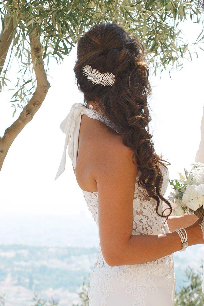 Gorgeous side swept bridal hair! Hair by #antigonilivieratou. Photo by Baggelis Tsinias.