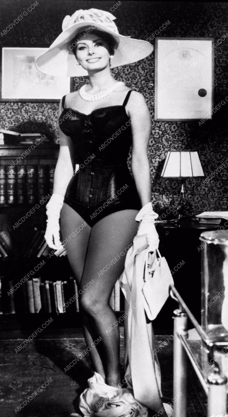 leggy and curvy Sophia Loren in sexy outfit photo 2363-08