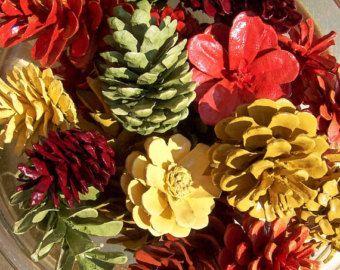 Caída de conos de pino, pintado de colores de otoño bastante.  Decoración de acción de gracias.  Dos tonos, único, muchos 1 docena.  Otoño, centro de mesa, piña.