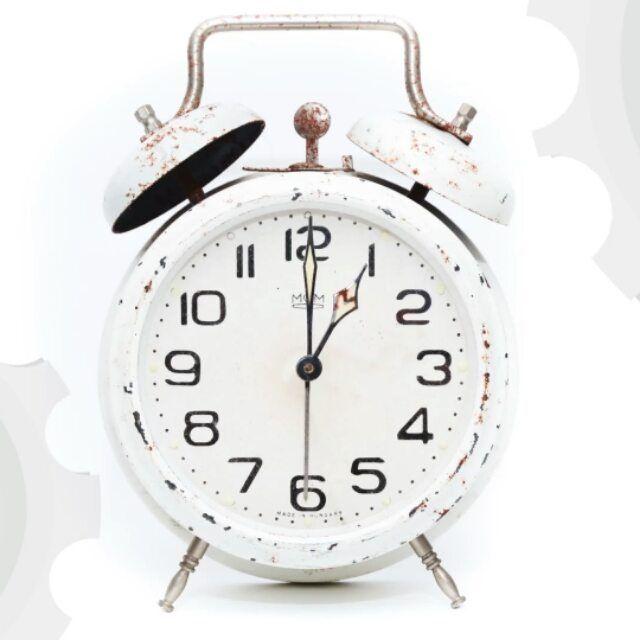 Este domingo a las 3 serán las 2 (En #Canarias a las 2.00 horas será la 1.00).  Una hora más para dormir   Así acaba un año más en el último fin de semana de #octubre el horario de #verano y comienza el de #invierno.  Recuerda que si tienes marcada en el móvil la pestaña Zona horaria automática -algo que suele estar por defecto- el cambio de horario se hará de forma automática. Los demás relojes de casa muñeca etc los tendrás que cambiar tu uno a uno.  8 #consejos para superar el cambio de…