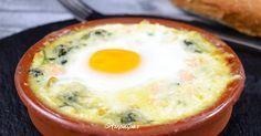 Receta casera de los Huevos a la Florentina con espinacas, cebolla, huevos, mantequilla, pavo en tacos, queso rallado y bechamel casera.