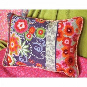 Borduurpakket van een hip en vrolijk gekleurd kussen.