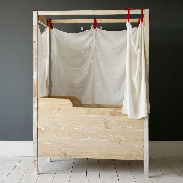 JANA canopy crib