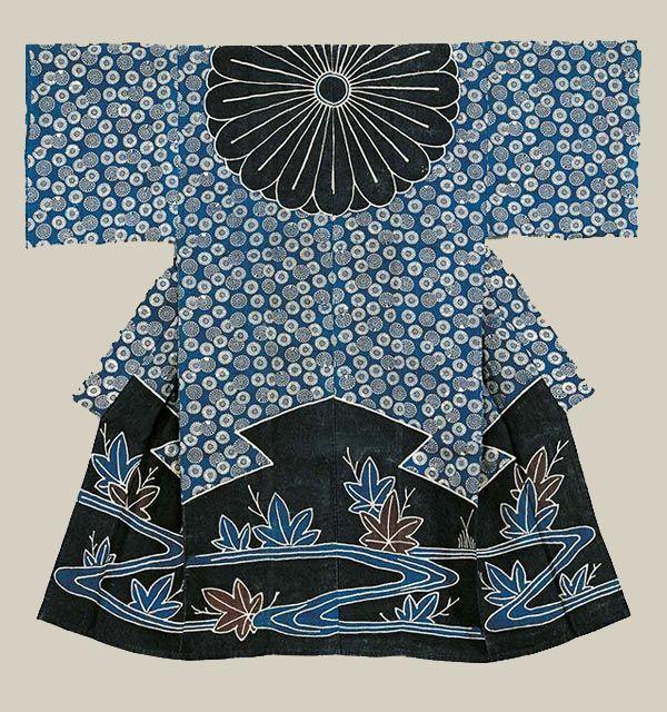 Une des œuvres exposées de l'exposition Tsutsugaki, Textiles indigo du Japon  Kimono de femme porté comme un voile (kazuki), motif de Cours d'eau et de feuilles d'érable japonais.  Japon, toile de lin, tsutsugaki partiellement teint au pochoir. 134,6 X 134,1 cm, collection privée.