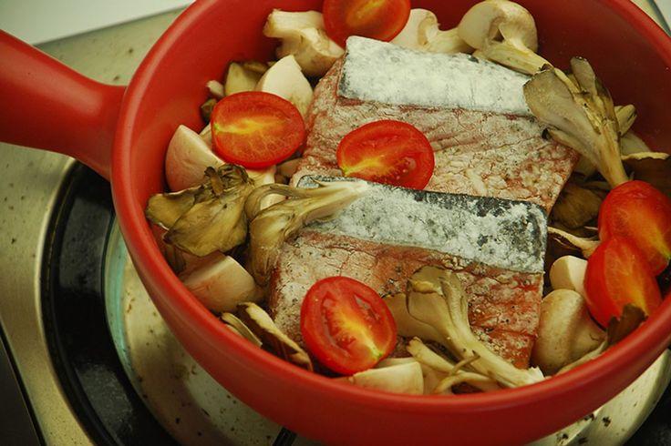 La matelote d'anguille est un mets de mariniers à base d'anguilles, coupées en morceaux, et cuisinées au vin rouge. Cette matelote s'est popularisée à la fin du XVIIIe siècle dans les guinguettes des bords de Marne et de la Seine, où était servi du « guinguet ». . Les cuisiniers les plus fameux baissent le pavillon devant tel marinier qui sait mélanger et apprêter la carpe, l'anguille et le goujon. Ils cèdent ce jour-là leur emploi à la main grossière qui manie l'aviron.