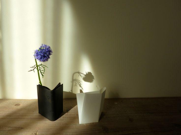 銅で 懐紙を折った形を表現した花器