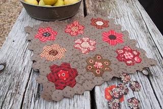 : Minis Quilts, Hexigon Quilts, Hexagons Blocks, Hexagons Flower, Patchwork Quilts, Color, Hexagons Quilts, Flower Gardens, Hexi Quilts