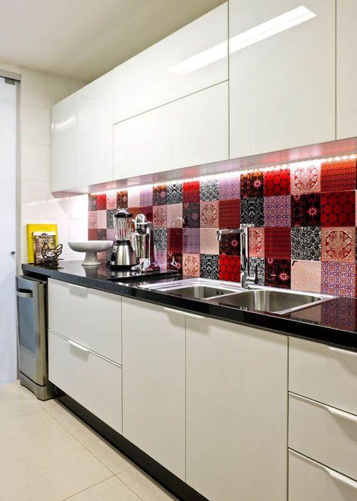 Яркий мозаичный фартук на строгой современной кухне белого цвета.