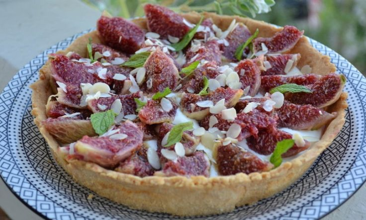 Fig tart with goat cheese and almonds