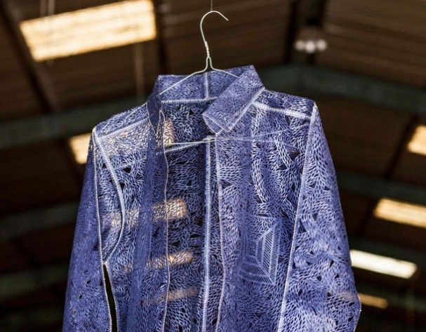 papier-kleding-geometrie   Griekse kunstenaar Stratis Tavlaridis maakt deze geperforeerde kledingstukken uit papier. Hij laat zich inspireren door het alledaagse leven met een sterk oog voor geometrische patronen en vloeiende ontwerpen, transformeert hij gewone items in deze papieren varianten.