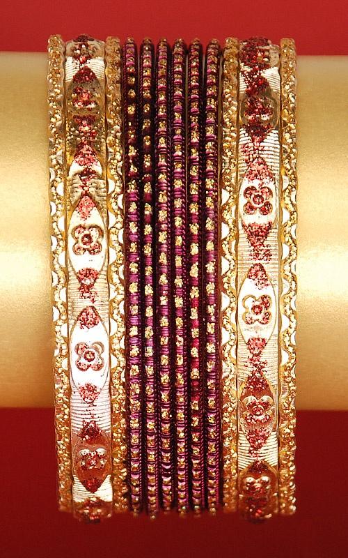 Komplet 12 bransoletek w kolorze brązowo-bordowym zdobionych brokatem.