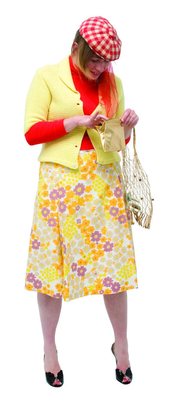 1970 - Une jupe en coton gaufré avec un imprimé de fleurs, une veste courte en maille et béret CITY SPORT