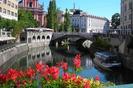 Definita da molti una piccola Vienna, Lubiana è una capitale cosmopolita a un passo dal confine italiano. Di dimensioni ridotte, permette ai visitatori di godersi con tranquillità una capitale ricca di luoghi da visitare. In questa guida vi racconteremo cinque luoghi speciali di questa città, che non potrete non visitare durante il vostro viaggio a Lubiana: il Triplo Ponte, il cento cittadino, la Piazza del Mercato, il Castello e il Ponte dei Draghi.