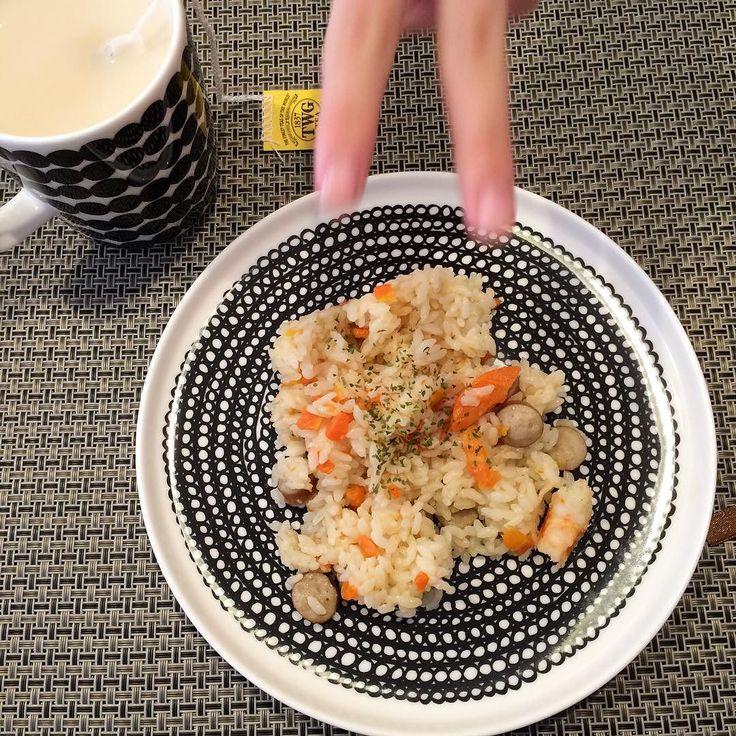 Seasoned rice with a photobomb my daughter's fingers.  今日は少し体調が良くなくて 夫が洋風 #炊き込み御飯 作ってくれました たくさん寝た土曜日です  #seasonedrice #rice #lunch #photobomb #marimekko #marimekkolife #TWG #tea  #マリメッコ by kei_smile