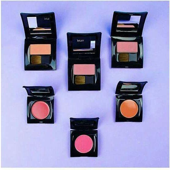 Haihallo BLUSH ON Lovaaa!!! #JAFRA pny 2 macam Blush On lho   1. Powder Blush | 38 gr Menyatu dgn sempurna tampak alami dan mempesona. #peronapipi yg lembut diaplikasikan stlh #bedakpadat utk hasil yg maksimal. Tersedia 3 pilihan warna : - Plum Rose - Terra Cotta - Soft Peach  2. Long Wear Creme Blush | 35 gr Blush #krimbubuk yang tahan lama dan memberikan tampilan satin pada kulit shg wajah terlihat bercahaya dan cerah sepanjang hari. Memberikan kontur pada wajah dan menyerap minyak…