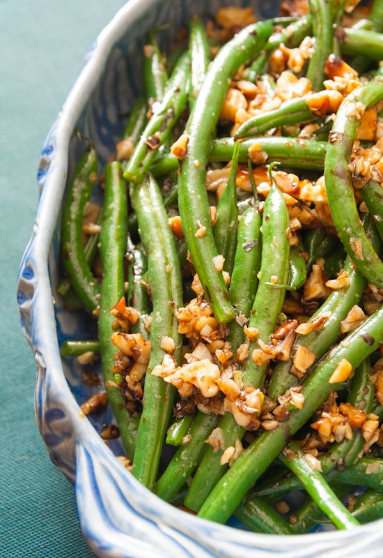 thanksgiving - green beans with garlic, walnuts and balsamic - vegan