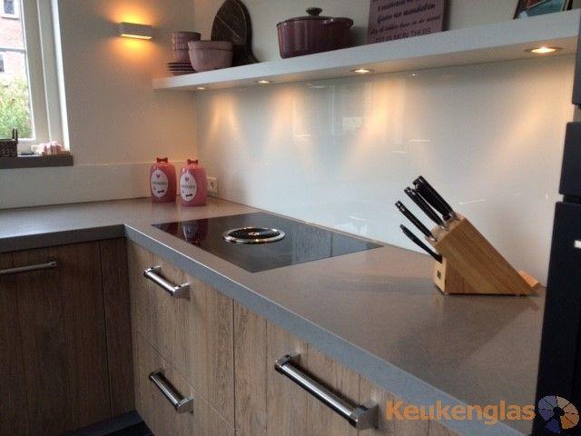 Creme Kleurige Keuken : Houten keuken met een grijze beton-look blad, afgewerkt met een witte