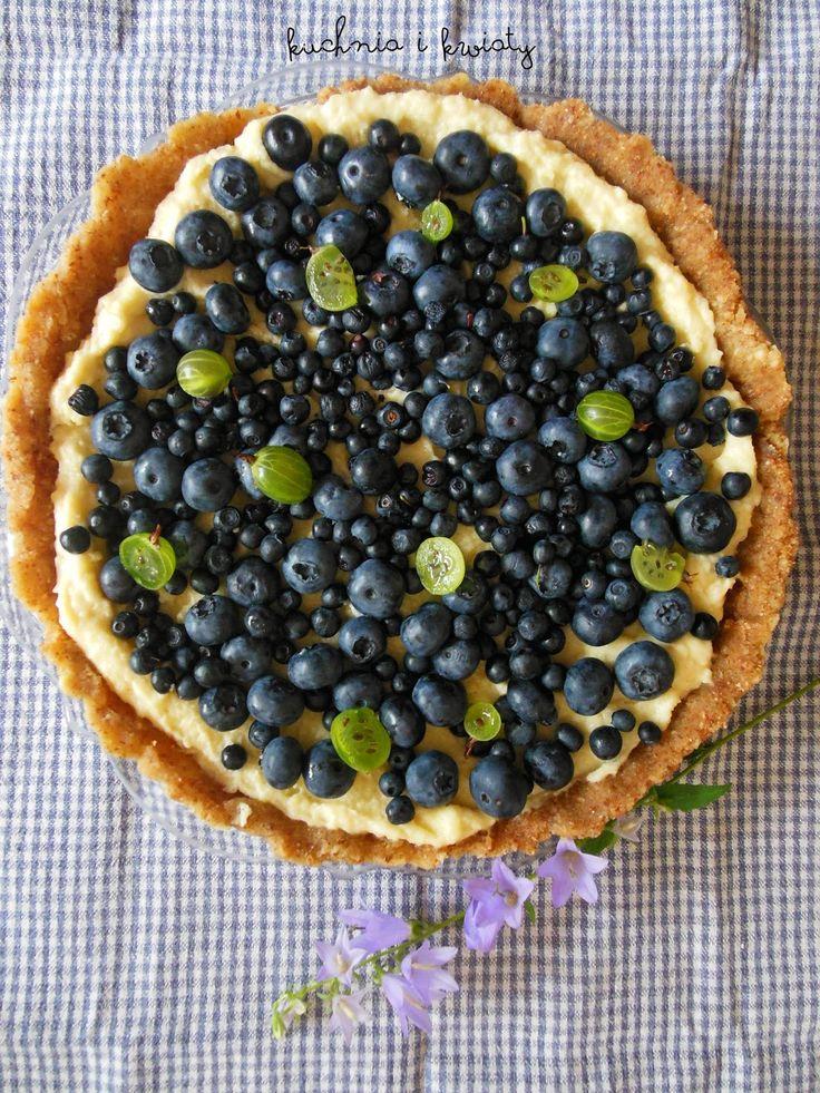 Warzywa, owoce i kwiaty.: Tarta z kremem jaglanym i owocami na migdałowo- daktylowym spodzie.