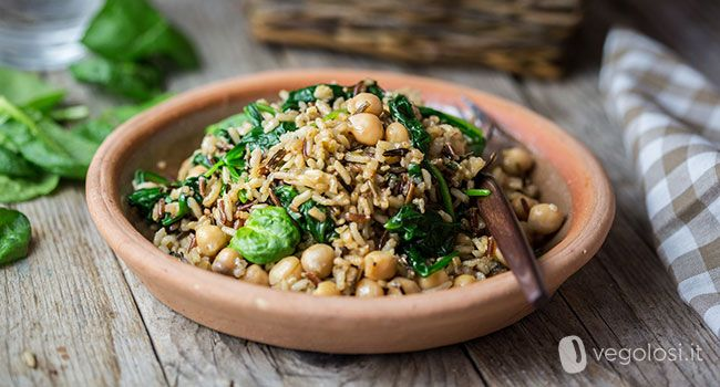 Il riso integrale alle erbe, ceci e spinacino è un piatto da gustare appena pronto oppure freddo nelle giornate più calde.