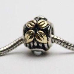 Charm med gyldne blade og hvid perle. Kan bruges med smykker fra Pandora og Troldekugler