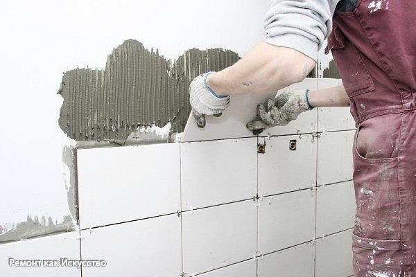 Как положить плитку в ванной своими руками  Один из важных моментов при ремонте в ванной комнате – укладывание кафеля. Плитка в ванной комнате – это гигиенично, практично и красиво. Чтобы положить плитку в ванной, не обязательно вызывать мастера по ремонту. О том, как положить плитку в ванной своими руками, мы расскажем в этой статье.  Что нужно, чтобы положить кафель в ванной  Чтобы положить плитку в ванной своими руками, тебе понадобится плитка, клей и инструменты: шпатель прямой…