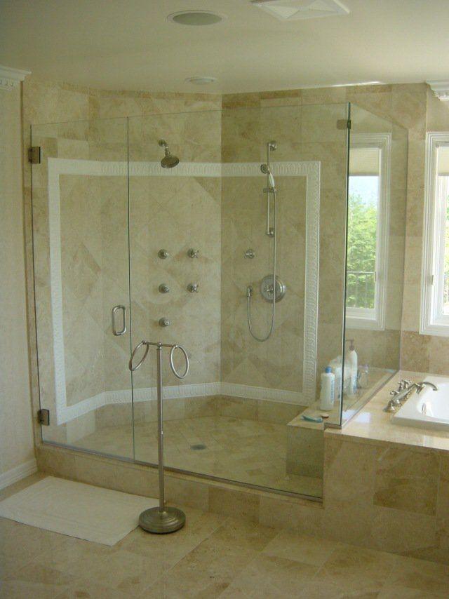 douche à l'italienne spacieuse avec des portes transparentes