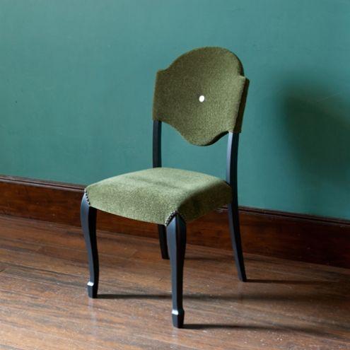 黒く塗装された猫脚が大人の色気満点のAZO/ダイニングチェアークラシックな雰囲気、しかしその高級感を壊さないスタイリッシュなデザインが魅力的で、ほかの家具とは一線を画します。張り地は光沢感があり、座ってくうちにあなたの体に馴染んできます。椅子にありがちな角張ったイメージも、滑らかなネコ脚に支えられ、独特の美しい曲線美を生み出すこのチェアには全く感じられません。見た目も美しい背面の曲線が心地よく背中から腰にフィットし、座り心地もとても快適です。色褪せる事なく永く...