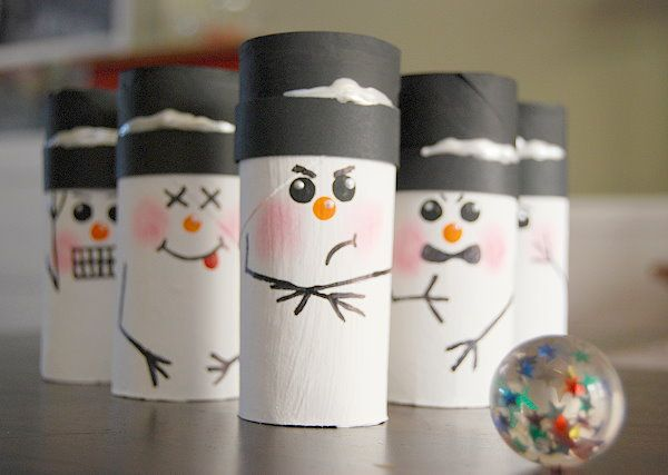 Il bowling deli pupazzi di neve - snowman, snowmen, bowling, kids, crafts for kids, kids crafts, toilet tubes, paper tubes, paper towel tubes, paint, fun games, DIY, handmade, homemade, fun, snowy day fun, snow day fun, snow, winter, kids games, games, boredom busters, easy diy,