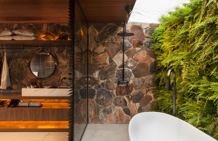 wooden+screens+allow+light+to+travel+throughout+and+create+intricate+geometric+patterns+across+the+interior+surfaces.