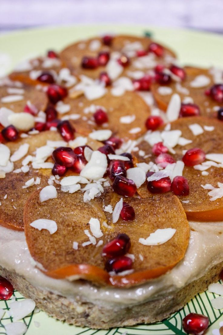Vegańskie ciasto z orzechów nerkowca, daktyli, persymona i chałwy. Ciasto nie wymaga pieczenia. Wystarczy zblendować wszystkie składniki i ciasto gotowe.