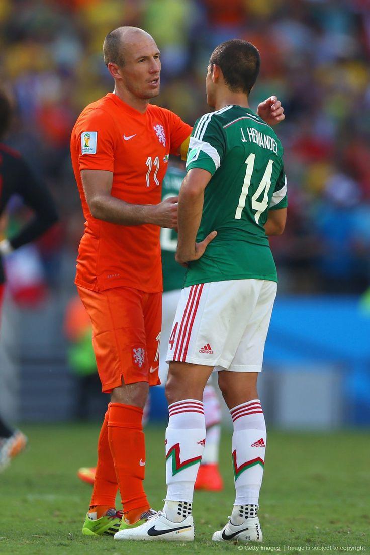 """""""Será en otra ocasión"""", parece decir Arjen Robben a Javier """"Chicharito"""" Hernández, hoy en la eliminación del seleccionado mexicano de la mano y """"muy lenta"""" Naranja Mecánica: «2014 FIFA Copa Mundo Brasil, """"todos en un mismo ritmo""""» [domingo, 29 de junio de 2014]."""