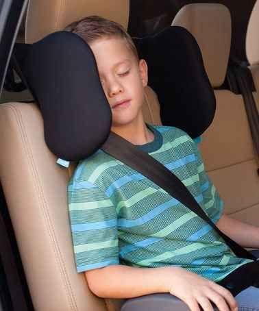 El reposa cabezas negro de asiento proporciona comodidad en el viaje por carretera para los niños más grandes. | 31 productos que todo padre de un niño pequeño querrá