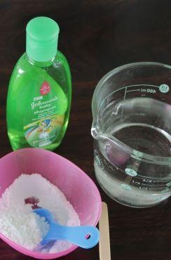 Burbujas 1/4 de taza de champú para bebé (sin lágrimas), el que mejor nos funciona en casa es el champo de Johnson's baby. 3/4 taza de agua 2 cucharadas de maicena (fécula de maíz) 1 cucharadita de polvo de hornear 1 cucharada de gliserina, la encuentras en la sección de repostería del súper mercado. Puedes reemplazar por 2 cucharaditas de azúcar glass (pulverizada o en polvo).