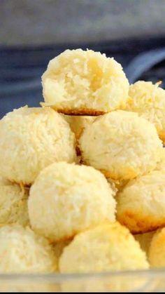Receita com instruções em vídeo: A sua família vai amar essa receita de biscoito de coco fácil e delicioso! Ingredientes: 4 claras, 1 xícara de açúcar, 1 pitada de sal, 1  colher de chá de essência de baunilha, ½ xícara de farinha de trigo, 5 xícaras de coco ralado