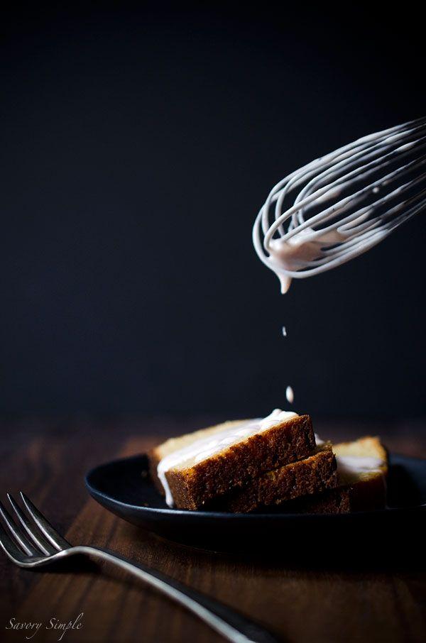 Garam Masala Joghurt-Kuchen ist ein feuchter, leckeres Dessert mit einer Textur ähnlich Pfund Kuchen.  Kein Stand-Mixer erforderlich!  Holen Sie sich diesen super einfach Rezept von SavorySimple.net