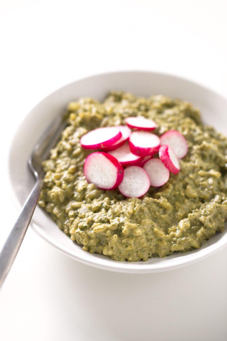Este risotto al pesto vegano tiene un sabor muy intenso y además no lleva aceite y es bajo en grasa. Si os gusta la comida italiana, tenéis que probarlo.