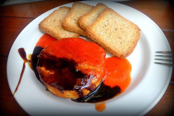 Queso de cabra con mermelada de pimiento rojo y miel caramelizada . Goat cheese with red pepper jam and caramelized honey/balsamic sauce.