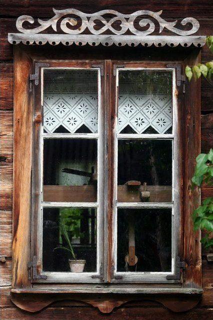 Janela típica de casas da etnia Kurpie, região étnica da Polônia. Museu Kurpie em Nowogród, na província de Podlaskie, Polônia. Janelas em uma casa Kurpie sempre continham seis painéis de vidro.   Fotografia: Szymon Nitka.