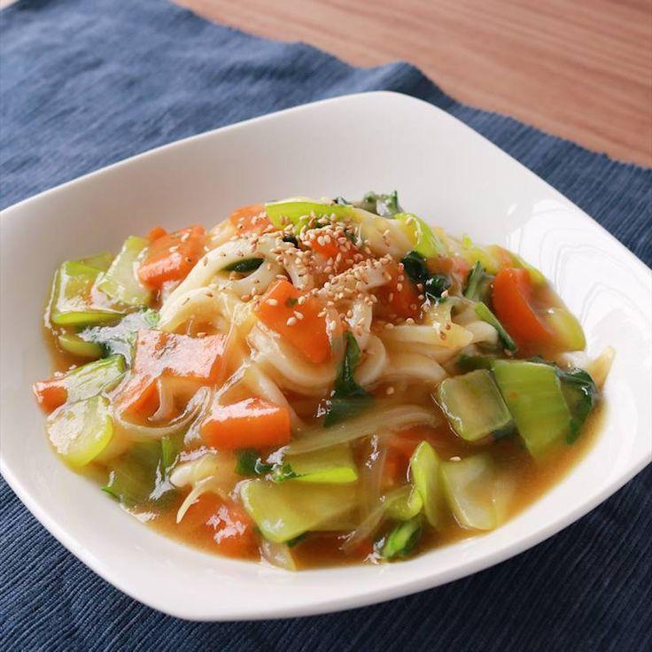 「青梗菜のあんかけうどん」の作り方を簡単で分かりやすい料理動画で紹介しています。チンゲン菜を使って中華風あんかけうどんをご紹介します。お好みで肉、エビ、卵、豆腐などいれていただいても美味しく召し上がれるレシピになってます。ピリ辛がお好みの方はラー油をいれていただくと美味しく召し上がれますよ。
